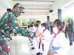 Dandim 0315/Bintan Kolonel Inf I Gusti Ketut Artasuyasa saat memberika penghargaan kepada salah satu Atlit Karateka binaannya