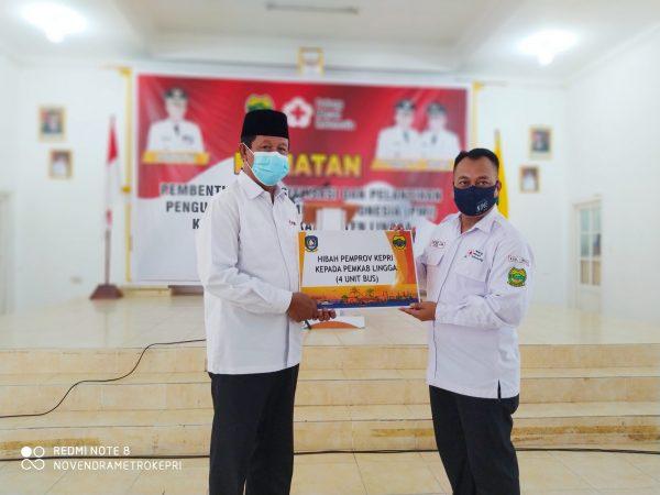 Gubernur Kepri H Isdianto S.Sos.,MM saat menyerahkan bantuan hibah 4 buah Bus ke Pemkab Lingga