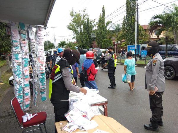 Kasat Binmas Polres Tanjungpinang Iptu Zubaedah saat memantau gerai masker gratis di Pamedan