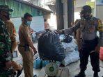 Lurah Kemboja Hendrawan Herninanto saat menyaksikan penimbangan sampah di Bank Sampah Amad