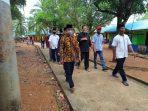 Ansar Ahmad saat berjalan kaki di Pulau Panjang, Kecamatan Bulang Kota Batam