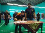 Ketua Terpilih Pengkot PBSI Tanjungpinang Elfin Yudistira saat menandatangani SK Kepengurusan yang di saksikan oleh Pengprov PBSI Kepri