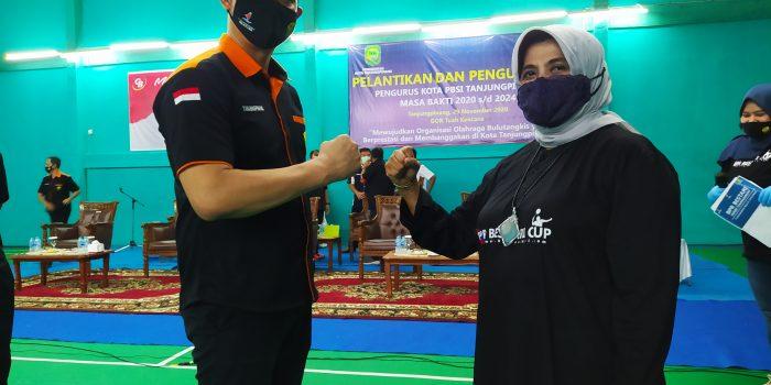 Walikota Tanjungpinang Rahma S.IP foto bersama Ketua Pengkot PBSI terpilih Elfin Yudistira