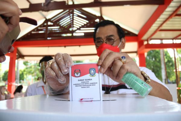 Cagub Kepri Nomor urut 1 Soerya Respationo usai coblos di TPS 04, Batam