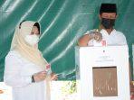 Gubernur Kepri Isdianto saat nyoblos di TPS 02, Kabupaten Karimun