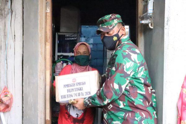 Dandim 0315/Bintan Kolonel Inf I Gusti Artasuyasa saat menyerahkan Sembako ke warga kurang mampu