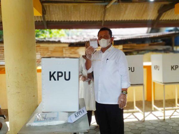 Cagub Kepri nomor urut 3 Ansar Ahmad saat coblos di TPS 01 Kelurahan MKP