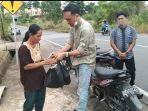 Ketua Tim WAE Danu saat menyerahkan bantuan ke warga yang membutuhkan di Tanjungpinang