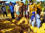 Walikota Tanjungpinang Rahma S.IP saat meletakkan semen pembanguna RTLH di Kp Sidomulyo