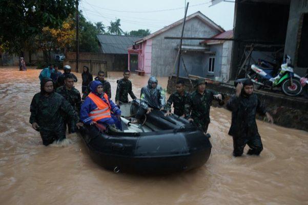Perjalanan Walikota Tanjungpinang Rahma S.IP bersama rombongan melewati banjir