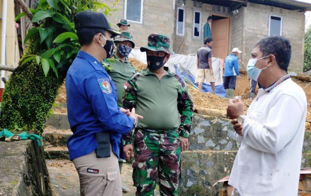 Danramil 01/0315 Bintan saat bersama Lurah Kemboja di lokasi tanah longsor