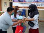 Anggota ITM Kepri saat membagikan bantuan ke warga