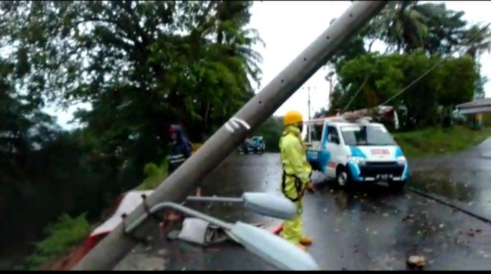 Pihak PLN Tanjungpinang saat di lokasi kejadian tanah longsor