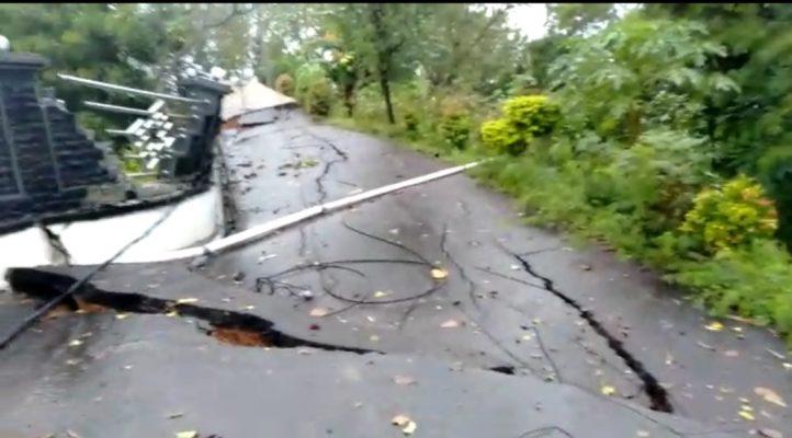 Jalan di depan Rumdis AL tampak terbelah dan turun akibat bencana alam