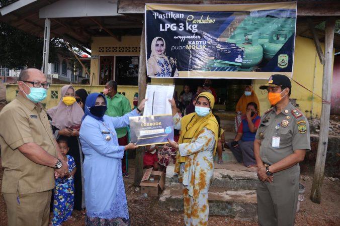 Walikota Tanjungpinang Rahma S.IP saat menyerahkan kartu kendali ke warga yang berhak