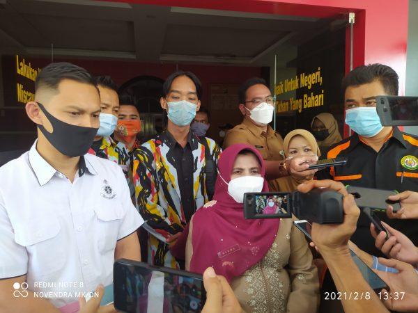 Walikota Tanjungpinang Rahma S.IP didampingi Perpat, PP, PKN dan LAM serta Kasat Reskrim saat di Polres Tanjungpinang