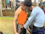Napi saat diperiksa oleh salah satu Anggota Lapas di Lapas Narkotika Tanjungpinang