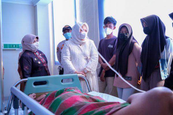 Wagub Kepri Marlin dan Walikota Tanjungpinang Rahma saat kunjungi pasien di RSUD RAT Provinsi Kepri