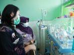 Walikota Tanjungpinang Rahma S.IP saat menjenguk Bayi Arya (9 hari) di RSUD Tanjungpinang