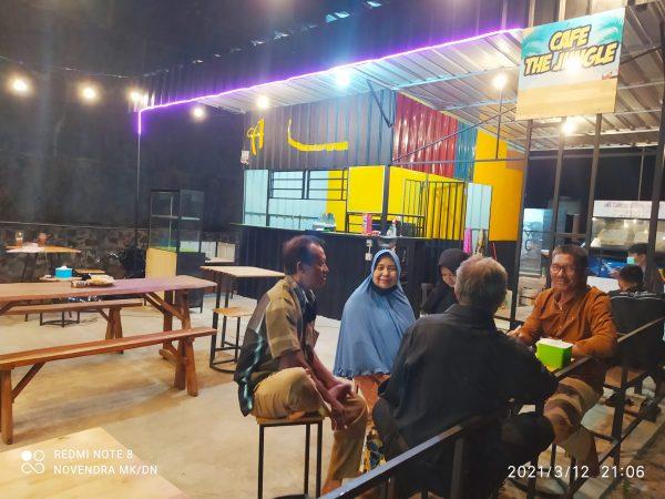 Owner Cafe The Jungle Rodi Hartono (Mengenakan Kemeja warna Coklat)