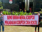 Salah satu spanduk yang dibentang oleh Jaringan Daerah bersama ACP di kantor KPK