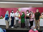 Walikota Tanjungpinang Rahma S.IP saat memberikan penghargaan kepada Ketua Asparnas Kepri Mulyadi Tan