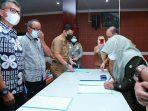 Walikota Tanjungpinang Rahma S.IP saat menandatangani Komitmen Bersama Penyaluran Gas LPG 3 Kg