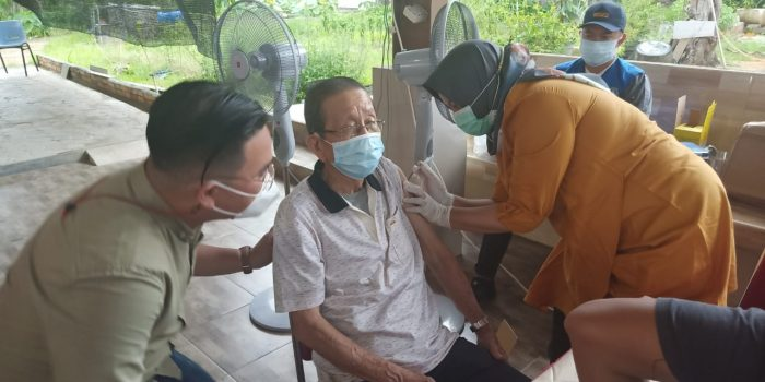 Ketua ITM Provinsi Kepri Edyanto saat memantau jalannya vaksinasi bagi Lansia