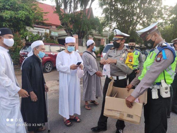 Kasat Lantas Polres Tanjungpinang AKP Kenedy saat membagikan Takjil Ramadhan