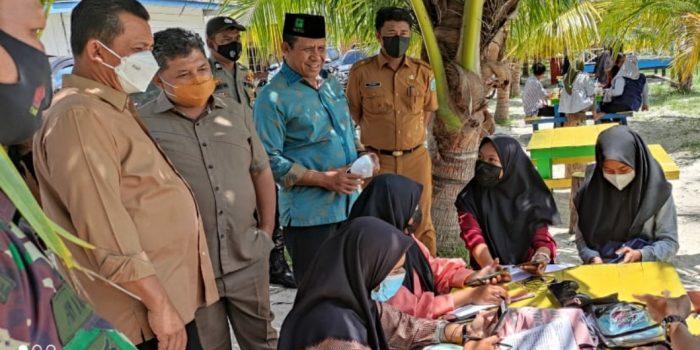 Gubernur Kepri Ansar Ahmad saat mengunjungi siswa belajar di tepi Pantai Padang Melang