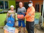BPBD Tanjungpinang saat memberikan bantuan korban angin Puting Beliung