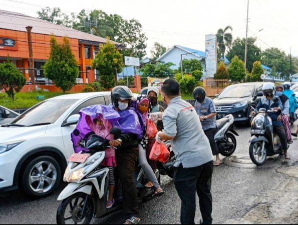 Ketua ITM Kepri Edyanto saat membagikan Paket Berbuka