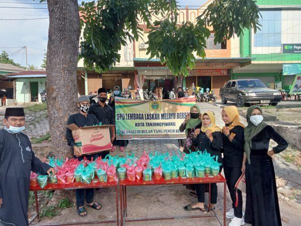DPD LLMB Kota Tanjungpinang saat sebelum pembagian Takjil Buka Puasa di Tanjungpinang