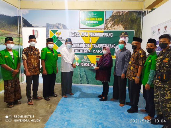 Walikota Tanjungpinang Rahma S.IP menyerahkan bantuan ke Klinik Tanpa Kasir sebesar Rp10 juta