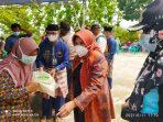Walikota Tanjungpinang Rahma S.IP saat memberikan Beras 10 Kg ke warga Dompak yang sudah melaksanakan vaksinasi