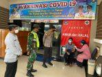 Kapolres Bintan AKBP Bambang Sugihartono saat memberikan semangat kepada salah satu anak di kantor Camat Gunung Kijang