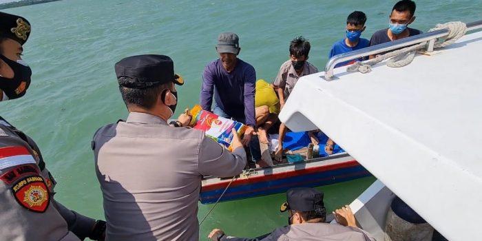 Kapolres Bintan AKBP Bambang Sugihartono saat memberikan bantuan sembako ke nelayan pesisir