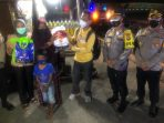 Kapolres Tanjungpinang AKBP Fernando bersama insan pers saat bagi sembako ke warga