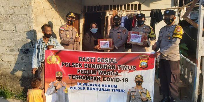 Kapolsek Bunguran Timur AKP Firuddin saat memberikan bantuan sembako ke warga terdampak PPKM Level 4