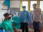 Bupati Lingga Muhammad Nizar didampingi Kapolres Lingga AKBP Robby saat tinjau vaksinasi Covid-19