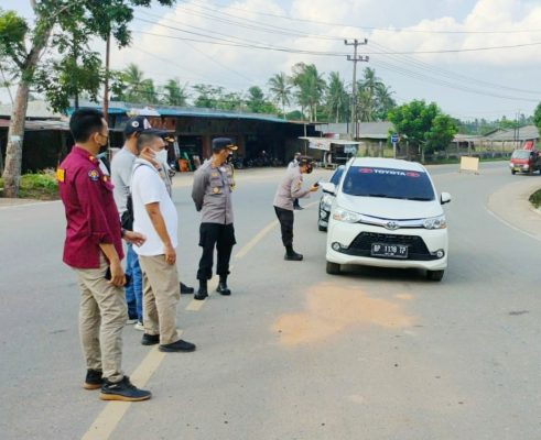 Kabid Humas Polda Kepri Kombes Pol Harry didampingi Kapolres Tanjungpinang AKBP Fernando saat pantau PPKM Darurat di perbatasan Tpi-Bintan