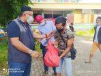 Anggota DPRD Provinsi Kepri Lis Darmansyah saat membagikan Sembako ke Pedagang Tepi Laut