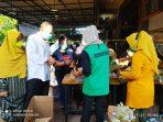 Kajari Tanjungpinang Joko Yuhono bersama Istri Tercinta bersenda gurau bersama relawan