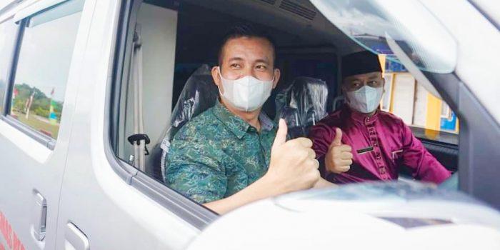 Bupati Lingga Muhammad Nizar usai menyerahkan Mobil Ambulance