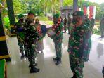 Dandim 0315/Bintan Kolonel Inf I Gusti Ketut Artasuyasa saat menyerahkan tanda penghormatan kepada 4 Prajurit TNI AD Purnawirawan