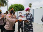 Kapolres Bintan AKBP Tidar Wulung Dahono saat memberikan kejutan ke Kafasharkan Mentigi Kolonel Laut (T) Suharto