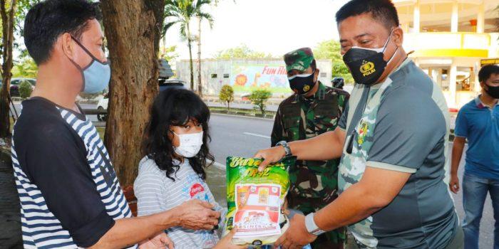 Dandim 0315/Bintan Kolonel Inf I Gusti Ketut Artasuyasa saat menyerahkan bantuan ke warga Tanjungpinang