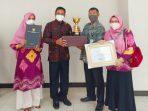 Kepala DP3APM Rustam bersama Tim saat menerima Penghargaan APE Utama