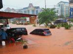 Banjir di jalan D.I Panjaitan merendam sejumlah kendaraan