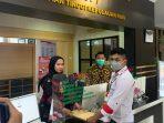 Ketua J.P.K.P Kota Tanjungpinang Adiya Prama Rivaldi saat menyerahkan laporannya ke Kejati Kepri